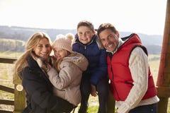 Familia feliz por una puerta en el campo, cierre para arriba Imágenes de archivo libres de regalías
