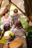 Familia feliz que acampa en el parque Imagen de archivo libre de regalías