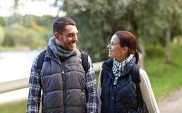 Familia feliz que camina con las mochilas en bosque Imágenes de archivo libres de regalías