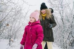 Familia feliz que camina en el bosque nevoso Imágenes de archivo libres de regalías