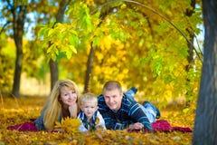 Familia feliz que camina en la naturaleza del otoño Fotos de archivo libres de regalías