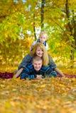 Familia feliz que camina en la naturaleza del otoño Fotografía de archivo