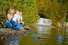Familia feliz que camina en la naturaleza del otoño Imagen de archivo libre de regalías