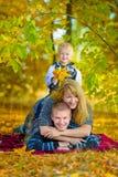 Familia feliz que camina en la naturaleza del otoño Imagenes de archivo