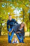 Familia feliz que camina en la naturaleza del otoño Foto de archivo