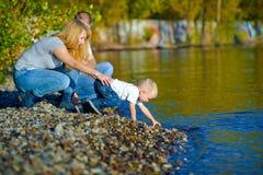 Familia feliz que camina en la naturaleza del otoño Fotografía de archivo libre de regalías
