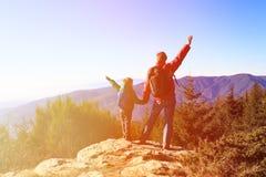 Familia feliz que camina en montañas escénicas Imágenes de archivo libres de regalías