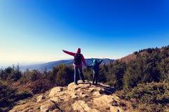 Familia feliz que camina en montañas escénicas Fotos de archivo libres de regalías