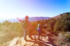 Familia feliz que camina en montañas escénicas Fotografía de archivo