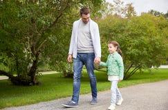 Familia feliz que camina en parque del verano Fotos de archivo libres de regalías
