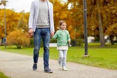 Familia feliz que camina en parque del verano Foto de archivo libre de regalías