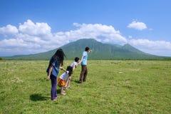 Familia feliz que camina a la montaña Imágenes de archivo libres de regalías