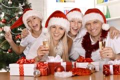 Familia feliz que celebra Fotos de archivo
