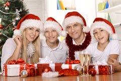 Familia feliz que celebra Fotografía de archivo
