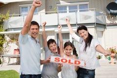 Familia feliz que celebra comprando su nueva casa fotos de archivo