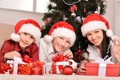 Familia feliz que celebra el Año Nuevo Imagenes de archivo