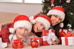 Familia feliz que celebra el Año Nuevo Fotografía de archivo