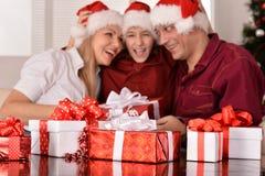 Familia feliz que celebra el Año Nuevo Imagen de archivo libre de regalías
