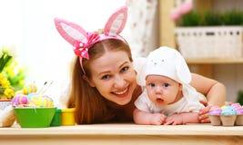 Familia feliz que celebra la madre y al bebé de pascua con los oídos del conejito Imágenes de archivo libres de regalías