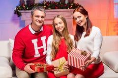 Familia feliz que celebra la Navidad Fotos de archivo