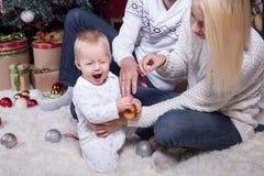 Familia feliz que celebra la Navidad foto de archivo libre de regalías