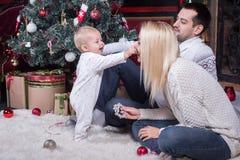 Familia feliz que celebra la Navidad fotografía de archivo