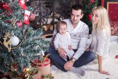 Familia feliz que celebra la Navidad foto de archivo