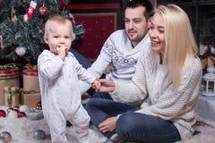 Familia feliz que celebra la Navidad imagen de archivo libre de regalías