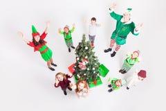 Familia feliz que celebra la Navidad cerca del árbol de Cristmas Imagen de archivo libre de regalías