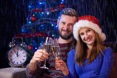 Familia feliz que celebra la Navidad o el Año Nuevo Imágenes de archivo libres de regalías