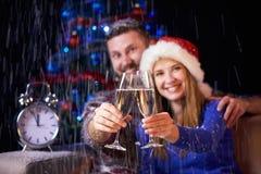 Familia feliz que celebra la Navidad o el Año Nuevo Imagen de archivo libre de regalías