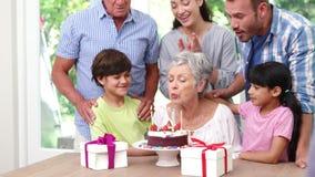 Familia feliz que celebra un cumpleaños almacen de video