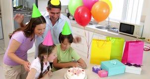Familia feliz que celebra un cumpleaños junto almacen de video