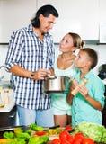 Familia feliz que cocina el almuerzo del veggie Fotos de archivo