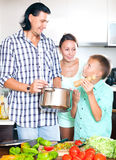 Familia feliz que cocina el almuerzo del veggie Foto de archivo