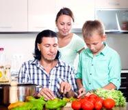 Familia feliz que cocina el almuerzo veggy Imagenes de archivo