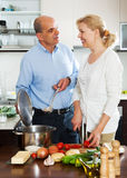Familia feliz que cocina junto Foto de archivo