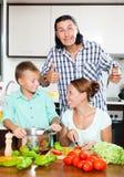 Familia feliz que cocina la comida junta Fotos de archivo