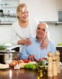 Familia feliz que cocina la sopa Imagen de archivo libre de regalías