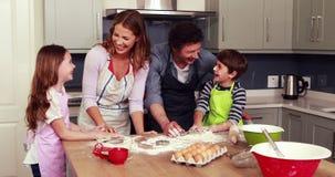 Familia feliz que cocina las galletas juntas almacen de metraje de vídeo