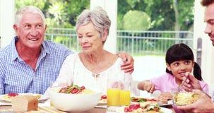 Familia feliz que come el almuerzo metrajes