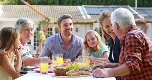 Familia feliz que come el almuerzo almacen de video