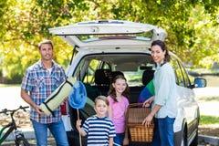 Familia feliz que consigue lista para el viaje por carretera Fotos de archivo