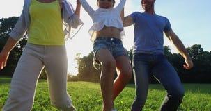 Familia feliz que corre junto metrajes