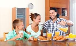 Familia feliz que desayuna en la mañana Foto de archivo libre de regalías
