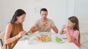 Familia feliz que desayuna junto en cocina almacen de metraje de vídeo