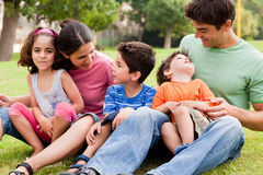 Familia feliz que disfruta de día de verano en el parque Foto de archivo