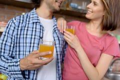 Familia feliz que disfruta de la bebida sana en casa Fotos de archivo libres de regalías