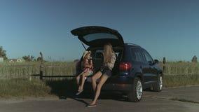 Familia feliz que disfruta de la naturaleza en viaje por carretera del verano almacen de metraje de vídeo