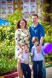 Familia feliz que disfruta de la vida junta en el prado al aire libre fotos de archivo libres de regalías